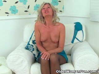English cougar Ellen works her luxurious fanny with her frigs Thumb